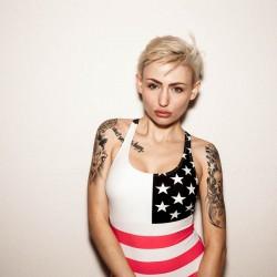 Nika liebt das Licht, Tattoo, Model. Volle Lippen Provocative
