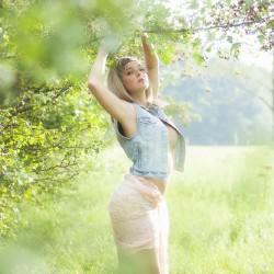 Tuch, topless, Feld, Wiese, Bäume, sensual, Summer, Jeans, Hohenstein-Ernstthal, Lichtenstein, Chemnitz, Fotograf, verdeckter Akt, verdeckter Teilakt, Bauchfrei